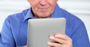 senior_avec_tablette